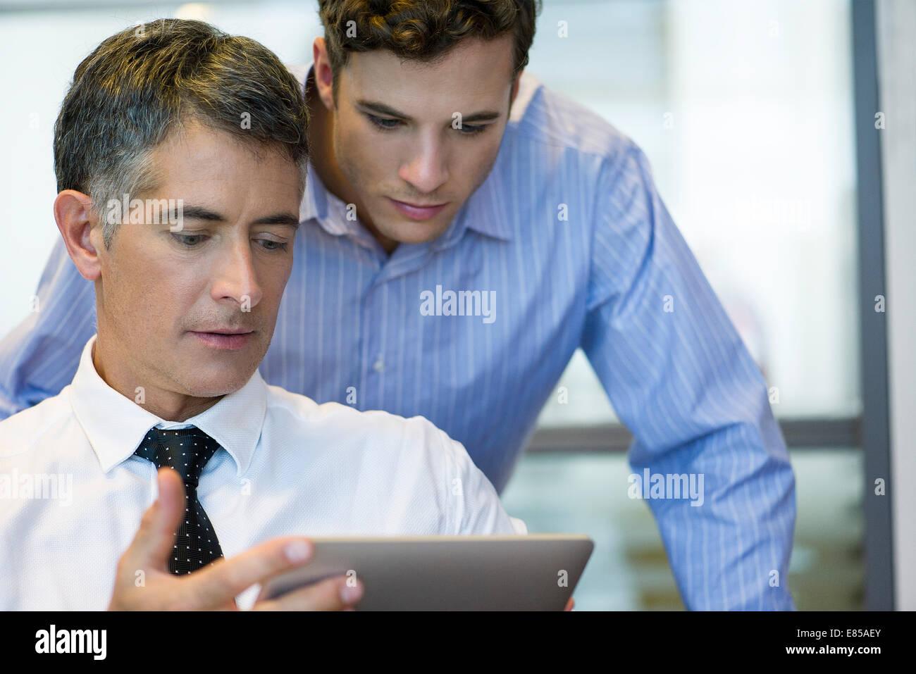 Geschäftsleuten zusammen mit digital-Tablette Stockbild