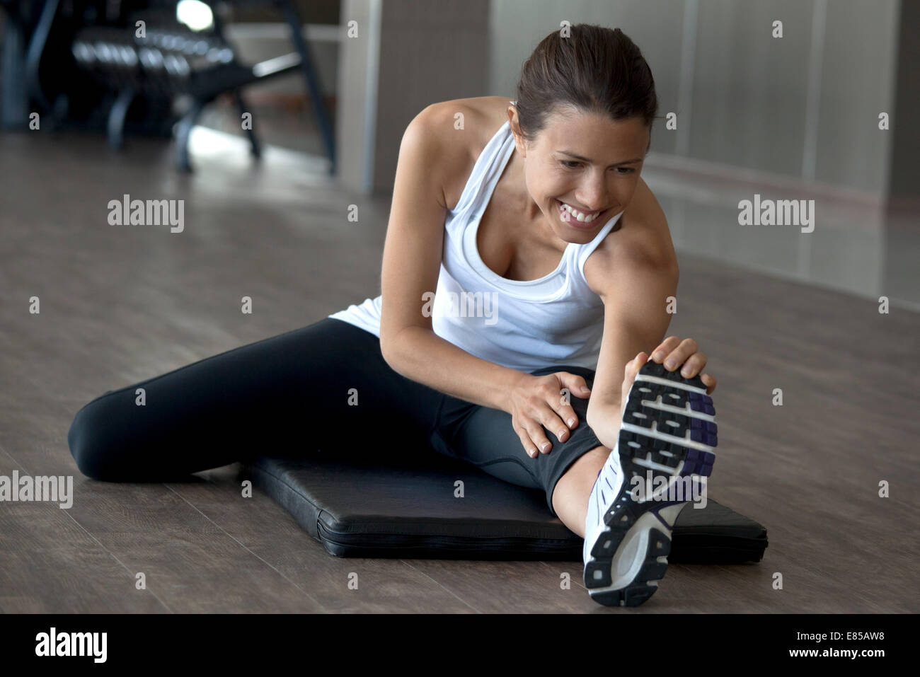 Warmup erstreckt sich Hilfe Verletzungen während des Trainings Stockbild