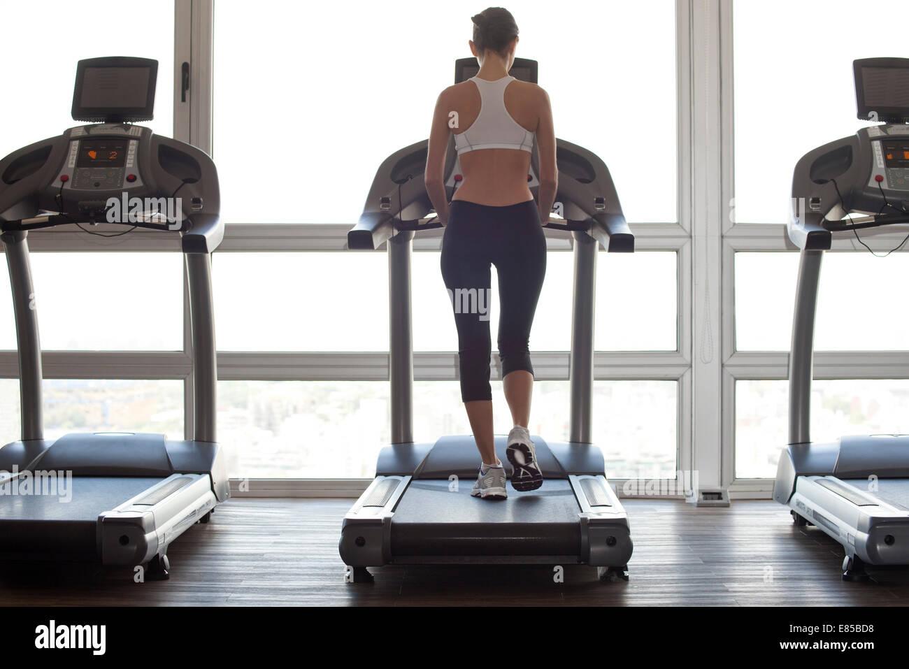 Frau im Fitnessstudio in Form bekommen Stockbild