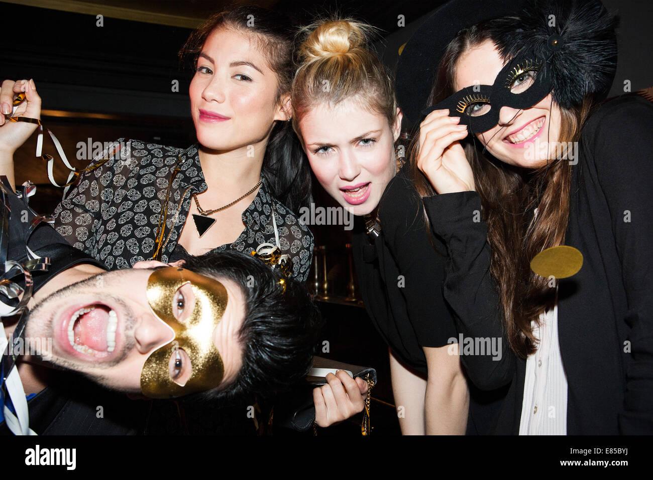 Freunde, die Spaß an Party feiern Stockbild