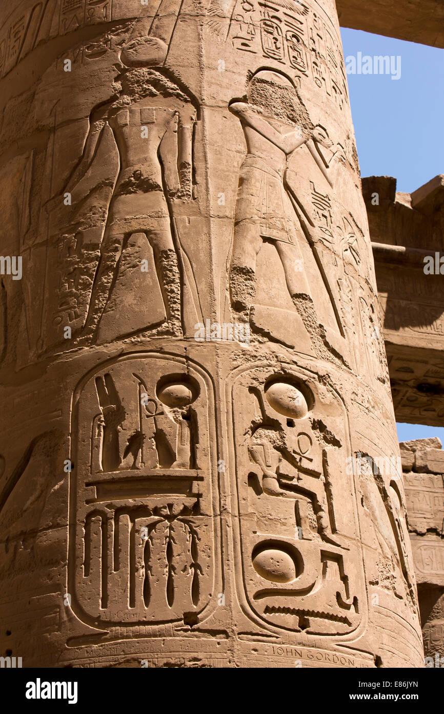Ägypten, Luxor, Karnak-Tempel, große Säulenhalle Zahlen Weg gesäumt von späteren Pharaonen Stockbild