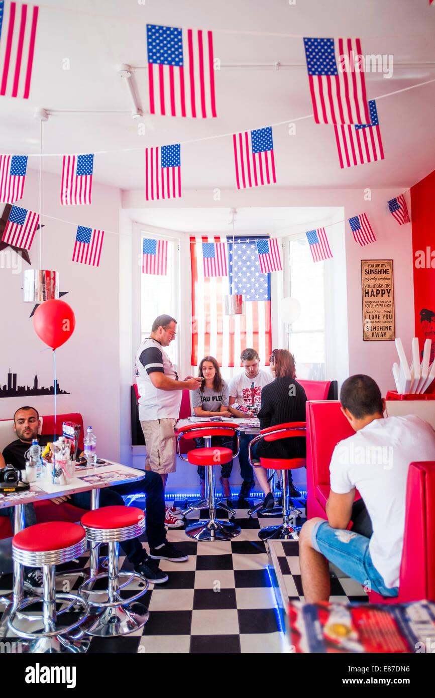 """Innen: Menschen Essen im Restaurant """"AberYankee"""" American Diner"""