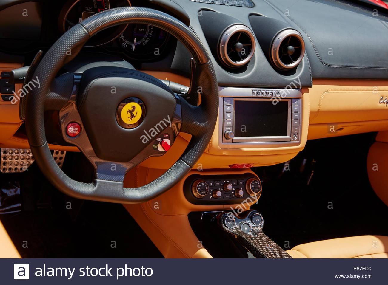 Innenraum der einen Ferrari-Sportwagen, Dashboard und alle. Stockbild
