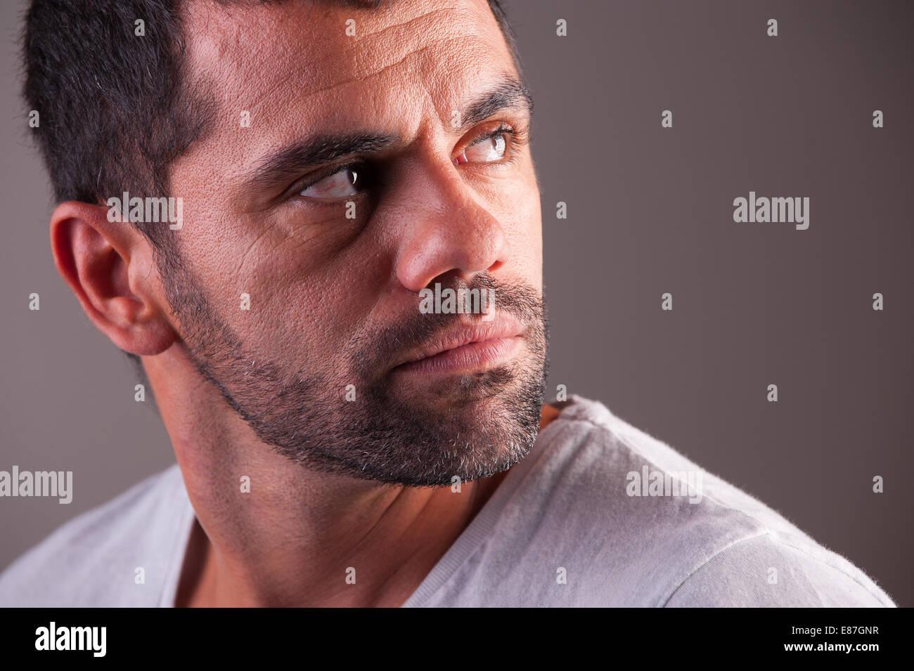 Angst, junger Mann auf der Suche Stockbild