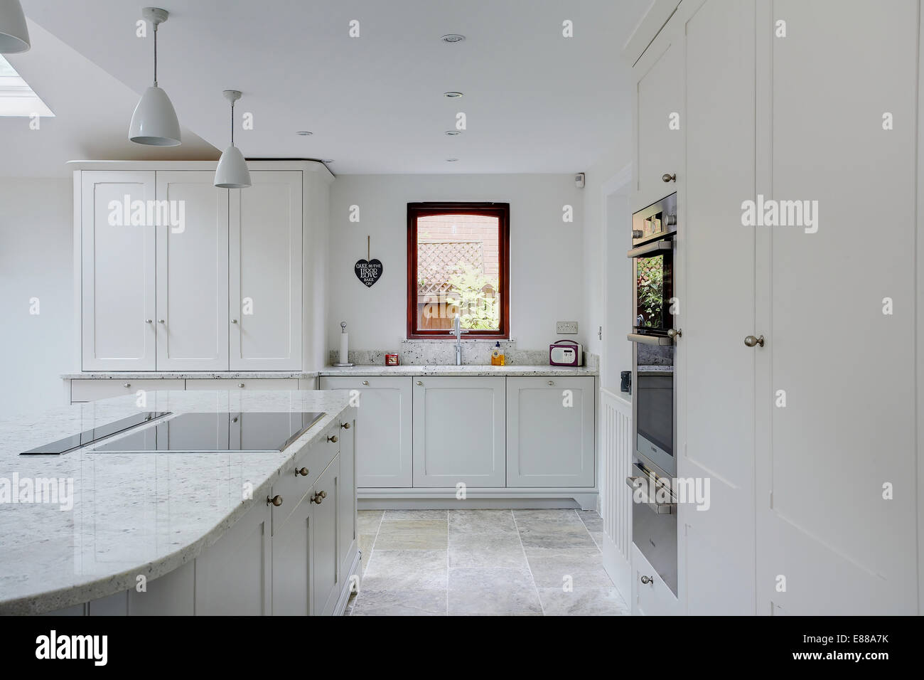 white kitchen granite worktops stockfotos white kitchen granite worktops bilder alamy. Black Bedroom Furniture Sets. Home Design Ideas