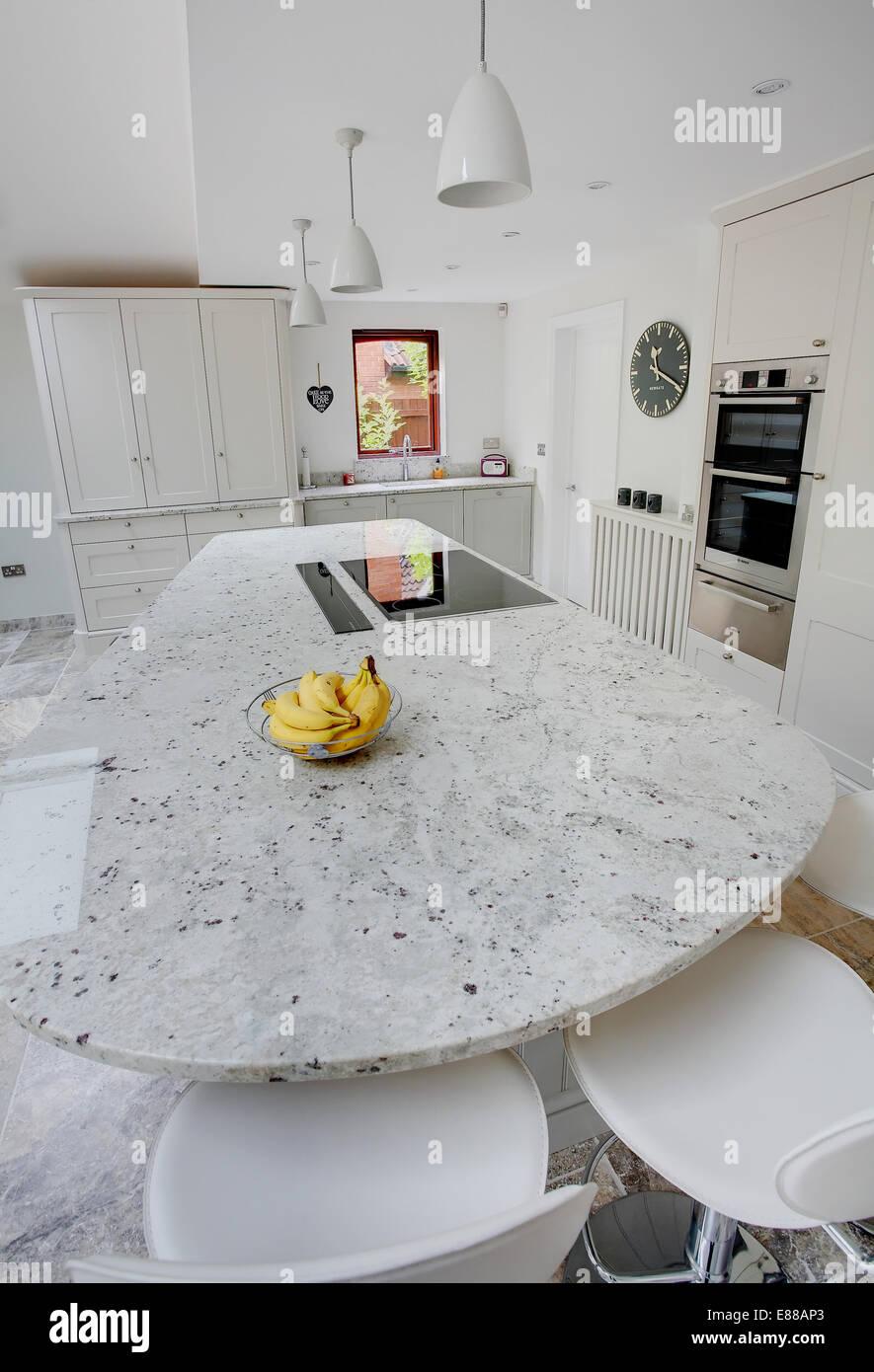 Eine Moderne Weisse Kuche Mit Granit Arbeitsplatten Stockfotografie Alamy
