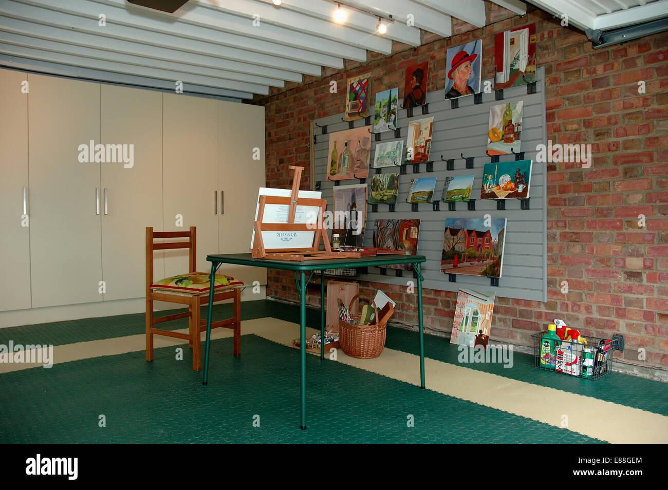 Gemälde An Der Wand In Garage In Künstleratelier Konvertiert Stockbild