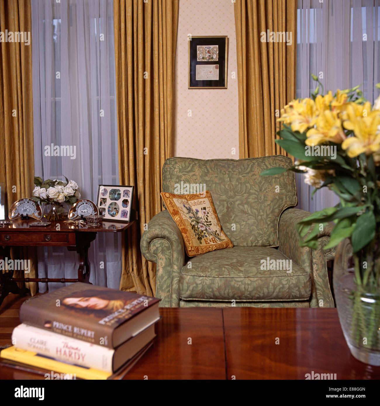 Grüne Sessel und Gardinen in Archivierung Wohnzimmer Stockbild
