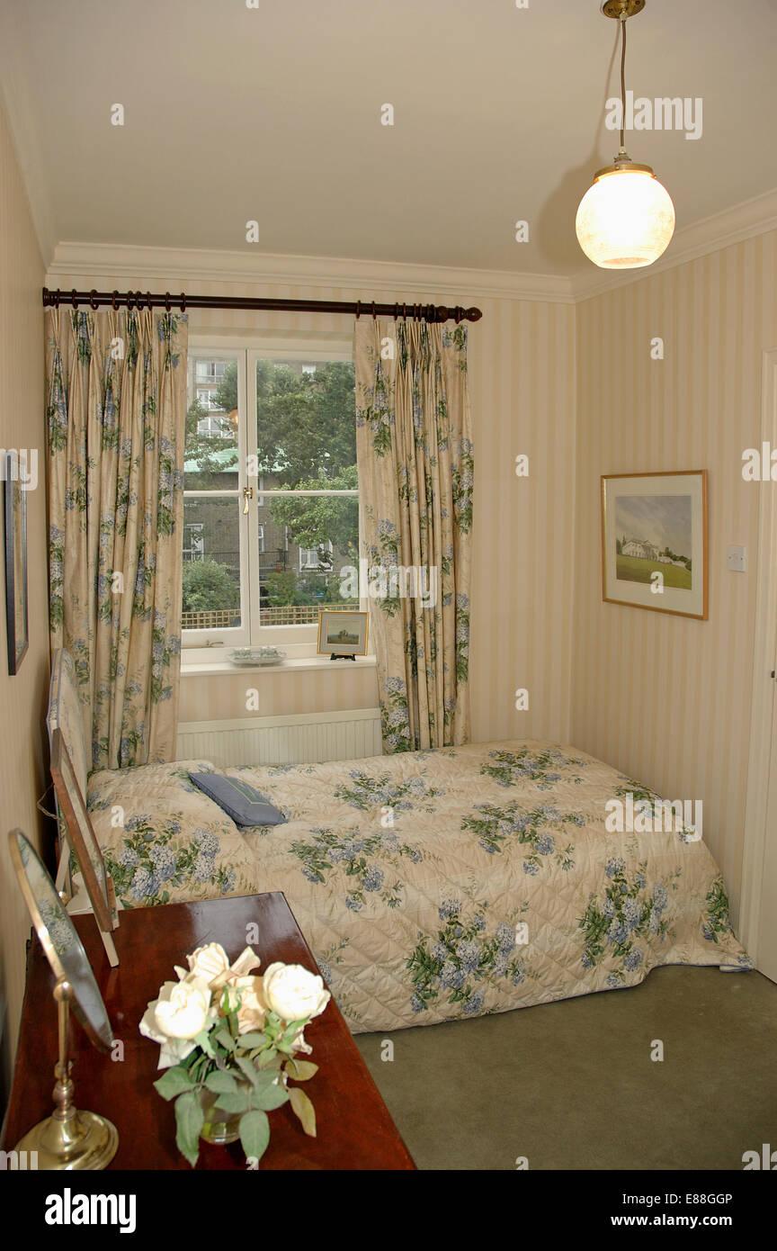 Globe Deckenleuchte in kleine Schlafzimmer mit blau floral ...