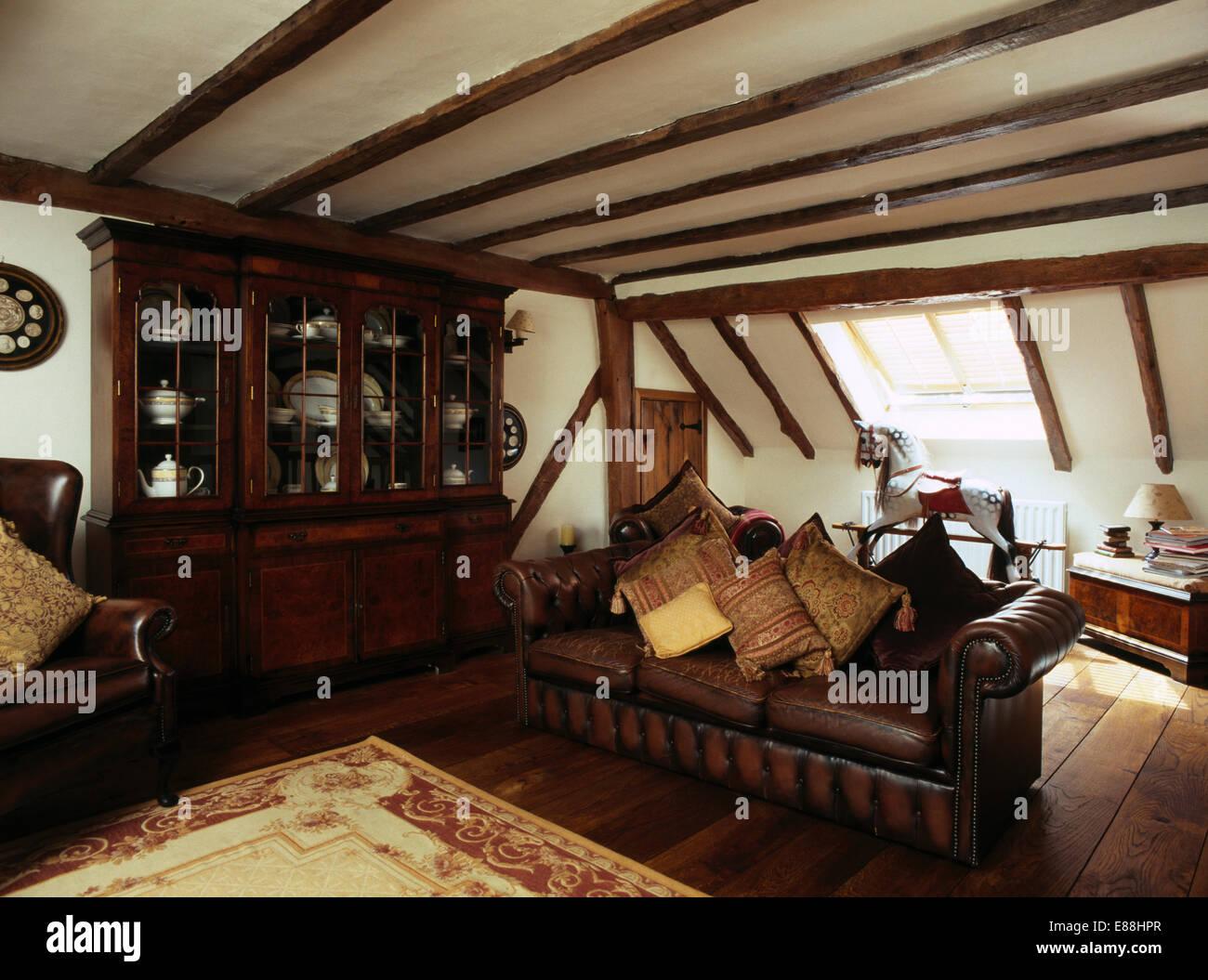 Leder Sofa Mit Kissen Im Dachgeschoss Wohnzimmer Mit Dunklen Holz