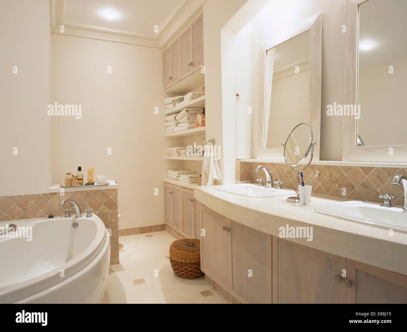 Spiegel über Doppelwaschbecken Waschtisch im modernen Badezimmer mit ...