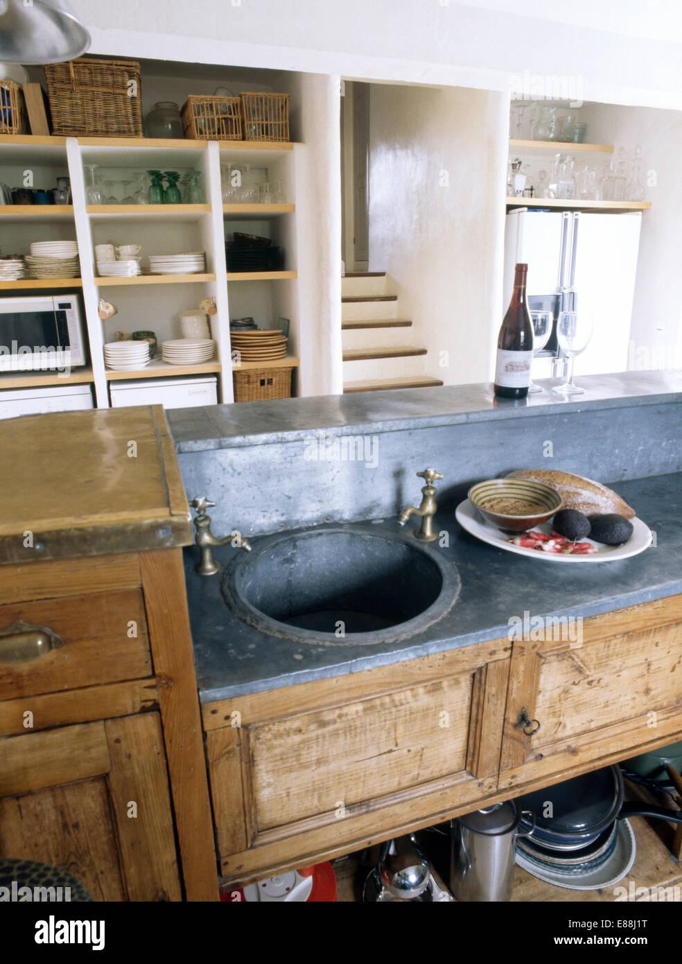 kreisf rmige antik zink wanne eingelassene zink spitze alte anrichte aus holz in franz sische. Black Bedroom Furniture Sets. Home Design Ideas