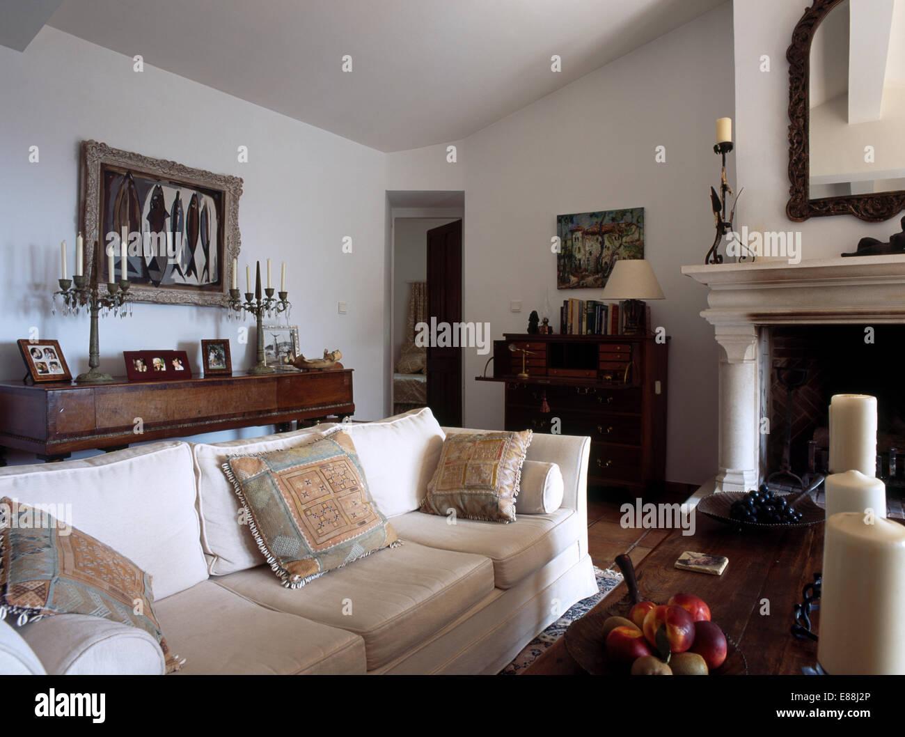 Creme Sofa In Französischer Landhaus Wohnzimmer Mit Weißen Wänden Und Kamin