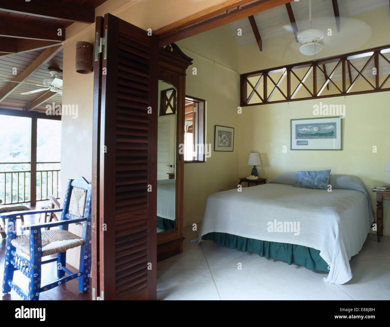 Schlafzimmer Tur Offnen #22: Hölzerne Gitterwerk In Wand über Dem Bett Im Karibischen Schlafzimmer Mit  Falttür Zu öffnen, Auf Der Veranda