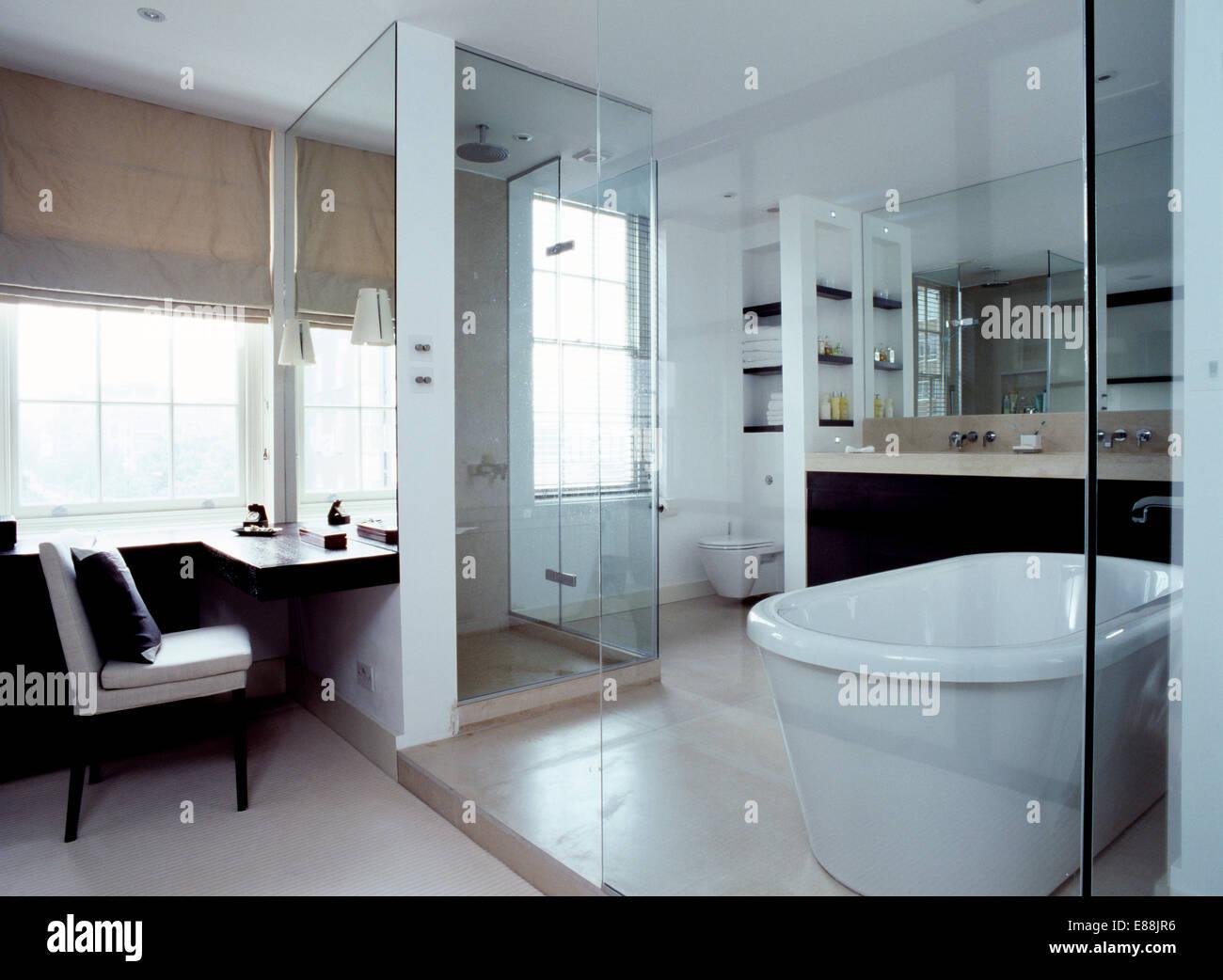 Glaswand im modernen Badezimmer mit weißen Rolltop Bad Wand ...