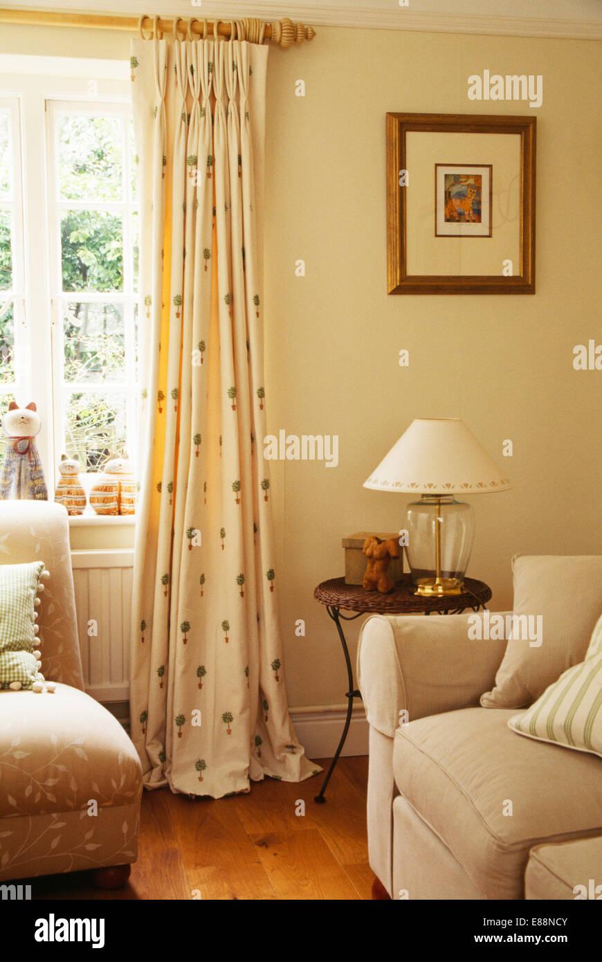 Formschnitt Gemusterten Cremefarbene Vorhange Auf Holzstab Auf