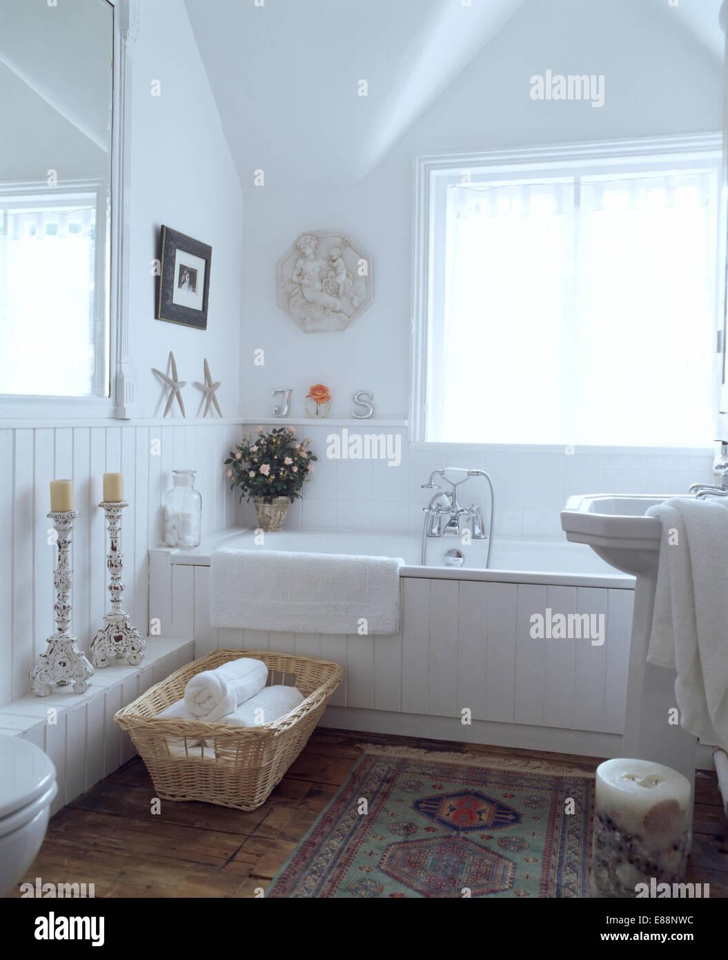 Korb mit Handtuch neben weiß verkleidete Bad im weißen Land ...