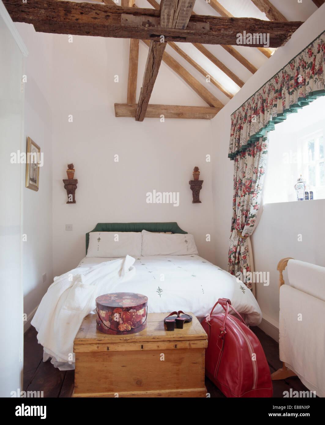 Bett mit weißem Leinen in weißen Dachgeschoss Schlafzimmer mit ...