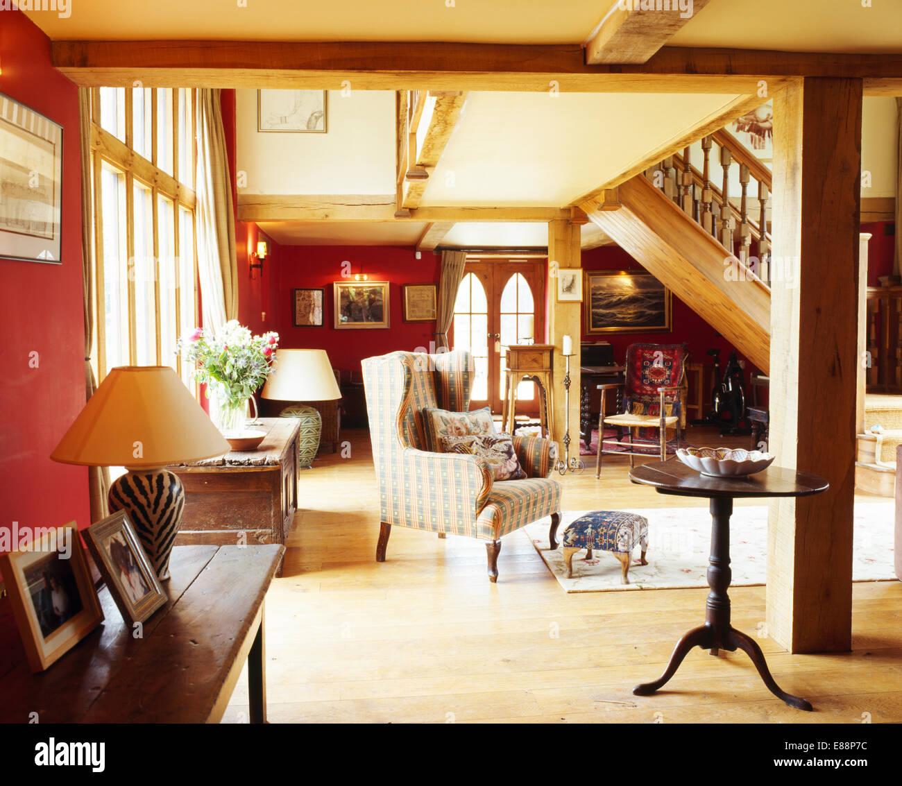 Wunderbar Antiker Beistelltisch Anzeige Bequemen Sessel In Rot Und Creme Hall  Wohnzimmer Mit Holzboden