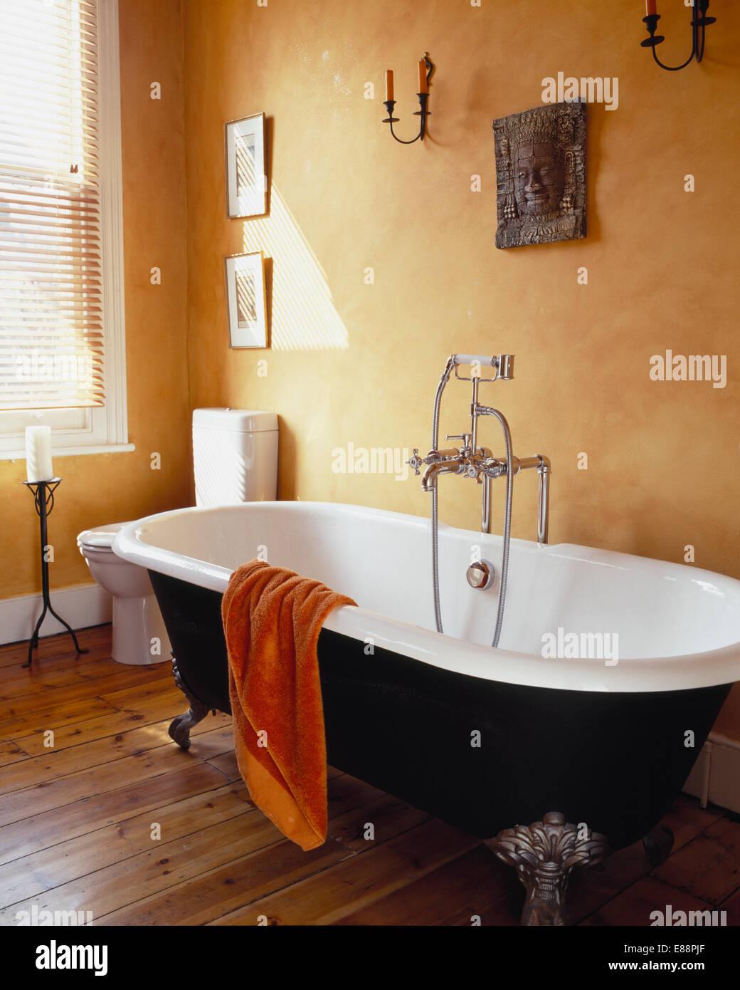 Roll-Top Bad in blassen Terrakotta Badezimmer mit Holzboden ...