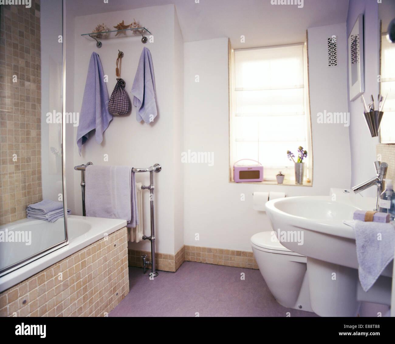 Beige Mosaik Gefliesten Bad Surround Und Sockelleiste In Moderne Badezimmer  Mit Violetten Tüchern Und Rosa Roberts Radio
