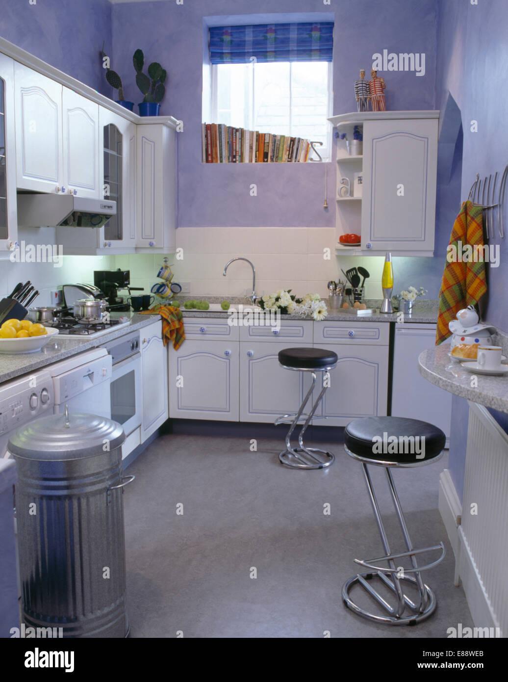 Chrom + Leder Hocker in Mauve Küche mit großen Metall-Abfallbehälter ...