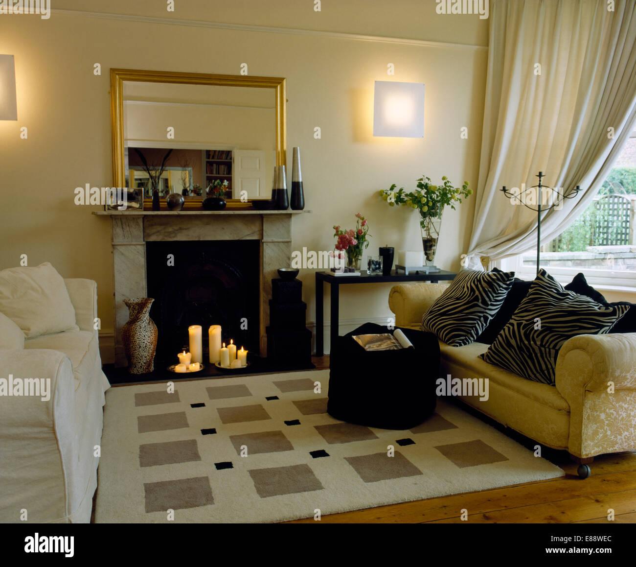 Weiß und Creme Sofas auf beiden Seiten der Creme gemusterten Teppich ...