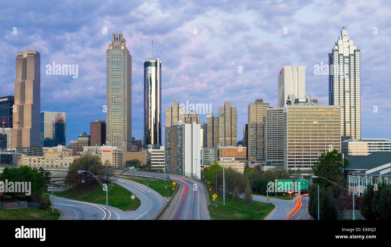 Erhöhten Blick über Freiheit Parkway und die Skyline von Downtown Atlanta, Atlanta, Georgia, Vereinigte Staaten Stockfoto