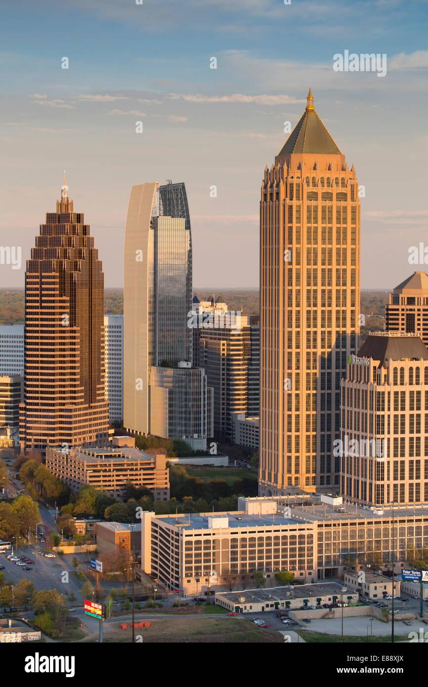 Erhöhten Blick auf die Interstate 85, vorbei an der Atlanta Skyline, Atlanta, Georgia, Vereinigte Staaten von Amerika, Stockfoto