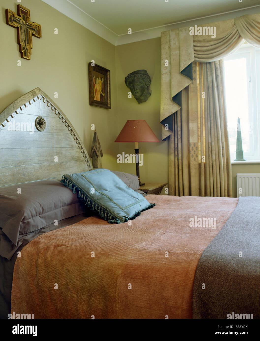 bett mit kopfteil und rosa und blau bettdecke gotische und werfen in schlafzimmer mit swagged und - Gotische Himmelbettvorhnge