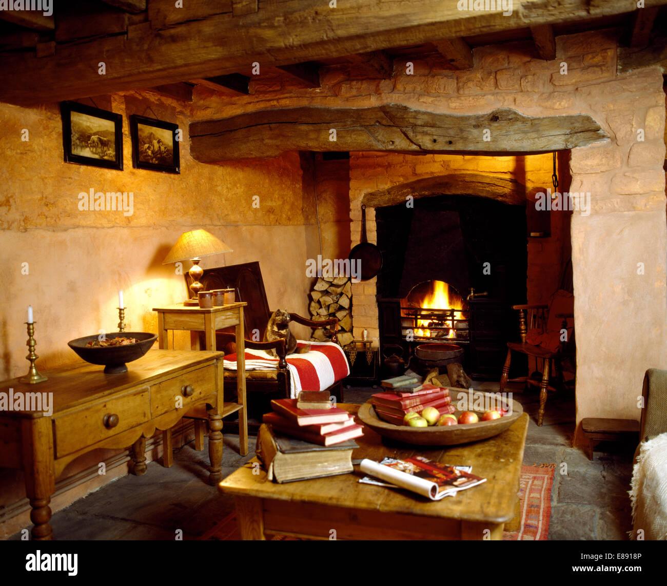 Alte Kiefern Couchtisch Und Beistelltisch In Ferienhaus Wohnzimmer Mit Rauer Putz Wnde Niedrige Decke