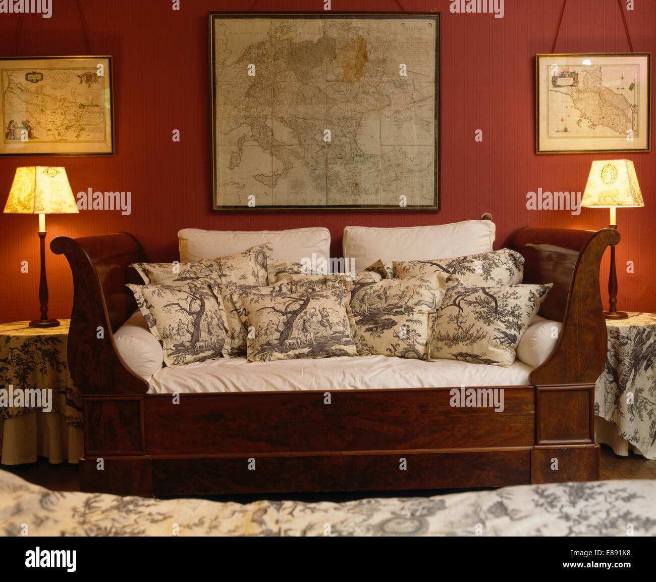 Karten An Der Wand Uber Antike Sofa Mit Kissen In Rot Franzosischen