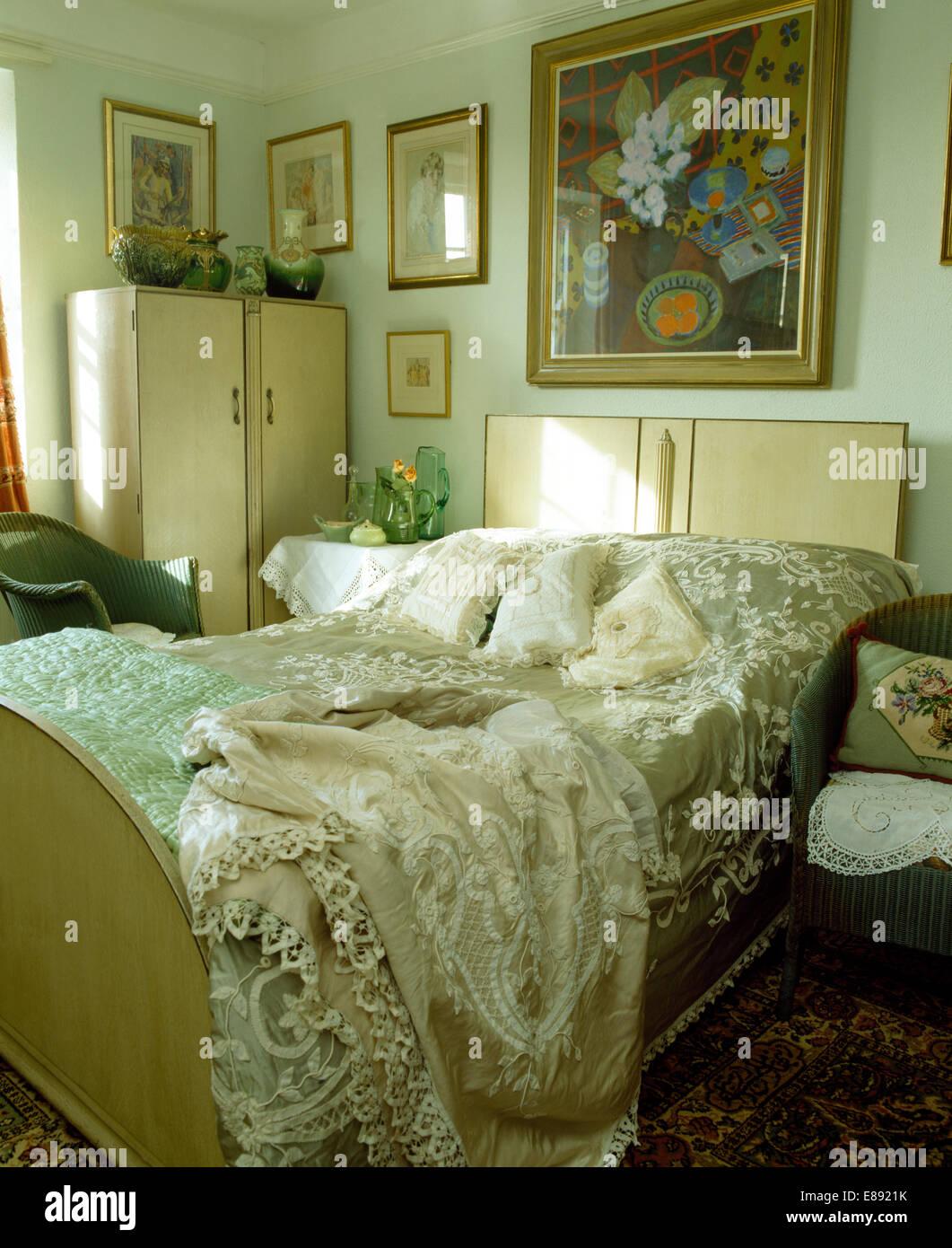 50er Jahre-Stil Schrank und Bett mit bestickter Seide Decken und ...
