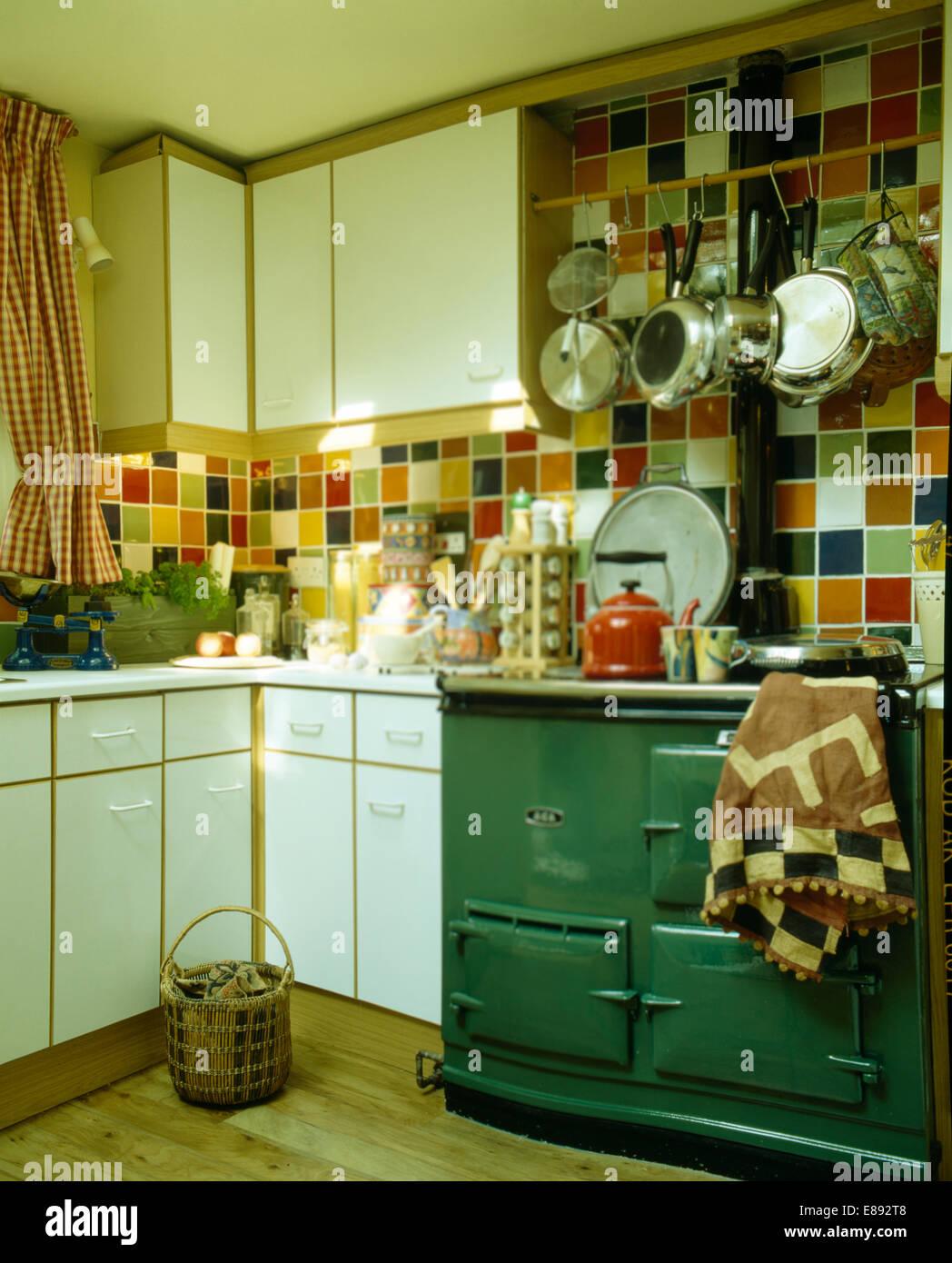 Grun Aga Ofen In Der Kuche Mit Bunten Wandfliesen Stockfoto Bild
