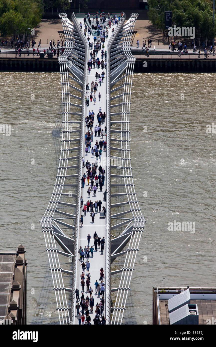 Millennium Bridge fertiggestellt im Juni 2000 St Pauls Cathedral und Bankside verknüpfen Stockbild