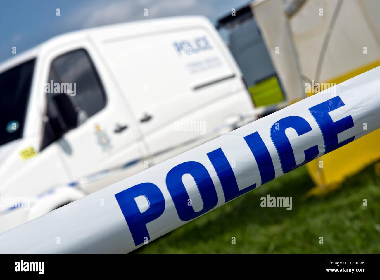 A mit Klebeband aus Tatort & britische Polizei-Transporter Stockbild