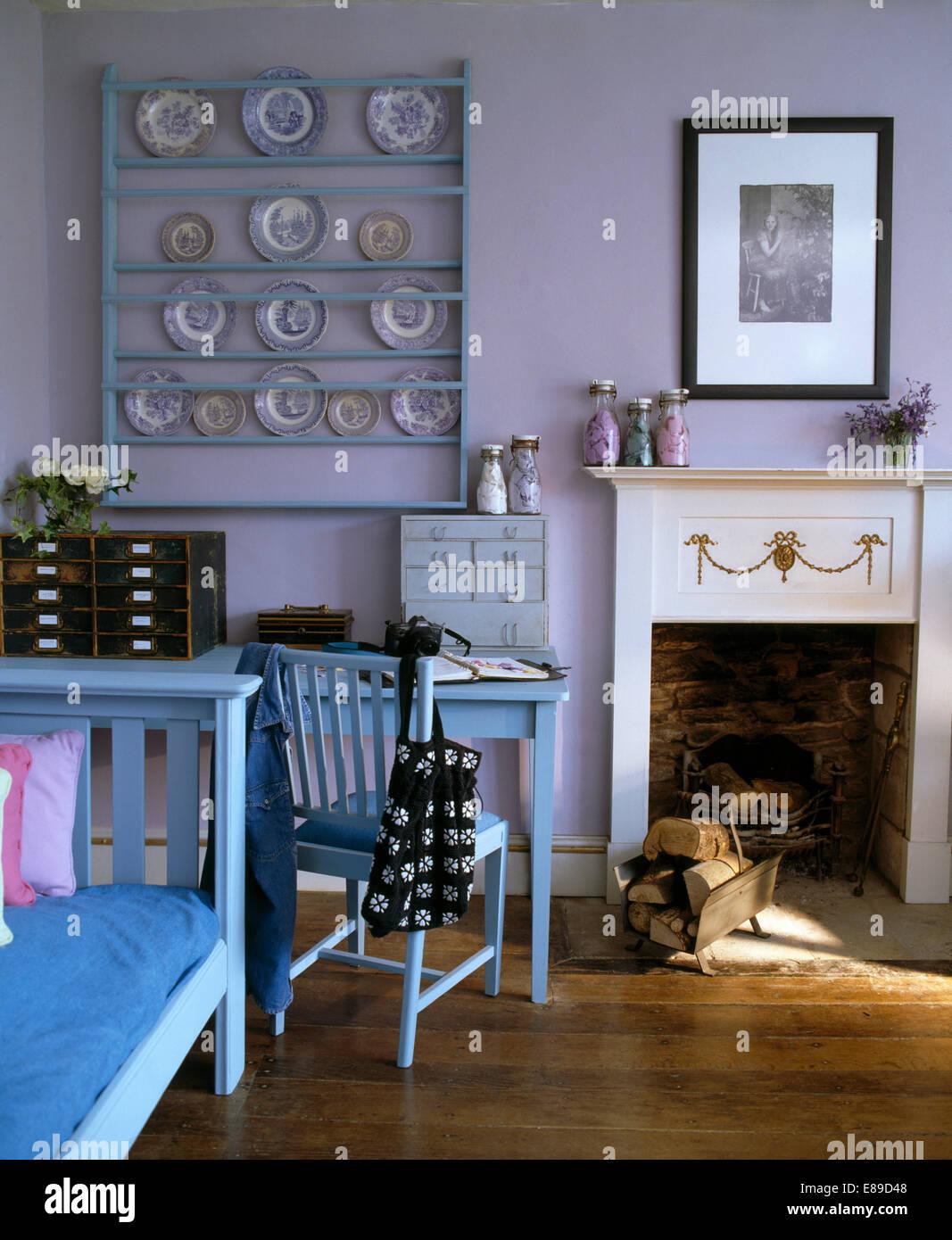 Sammlung Von Platten In Blass Blau Lackierten Regalen An Wand über  Lackierte Tisch Und Stuhl Neben Wohnzimmer Kamin