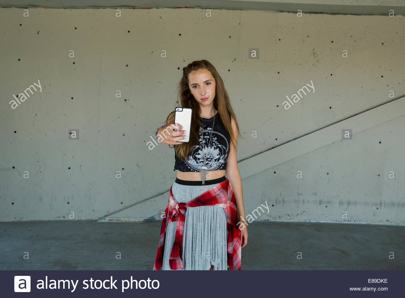 Coole Teenager Mädchen Nehmen Selfie Mit Kamera Handy Stockfoto