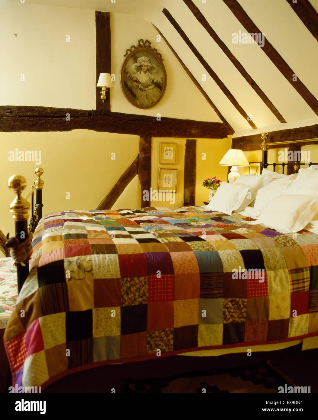 Bunte Patchwork quilt auf alten Messingbett in Holzbalken Ferienhaus ...