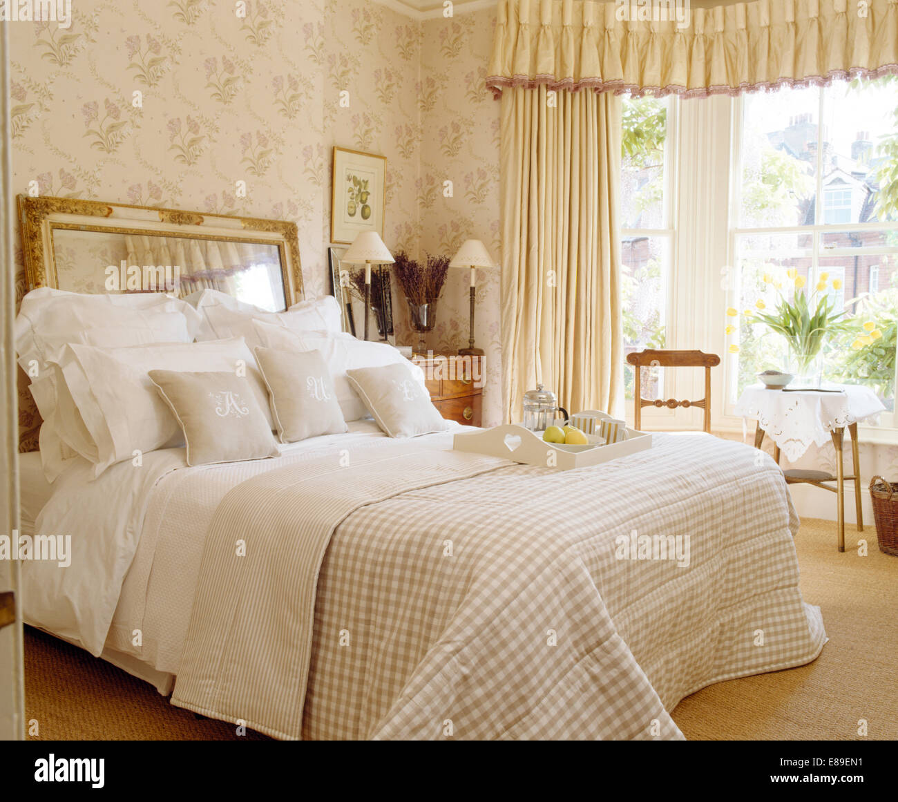 mirrors drapes soft furnishings stockfotos mirrors drapes soft furnishings bilder alamy. Black Bedroom Furniture Sets. Home Design Ideas