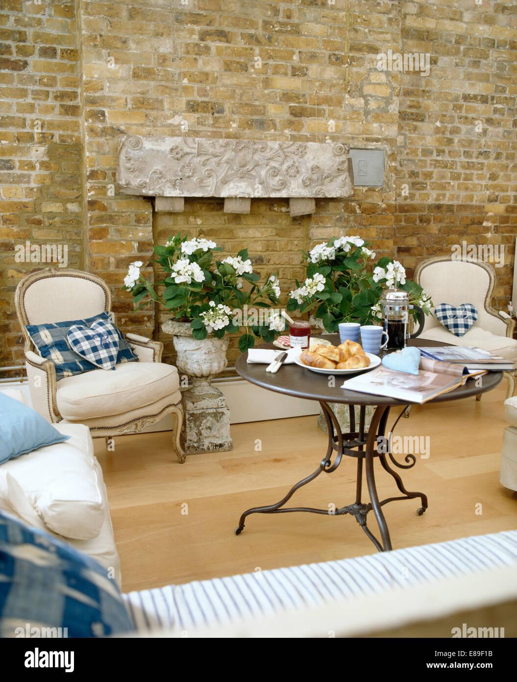 Creme französische Stil Stühle withy blau + weiß Kissen im ...