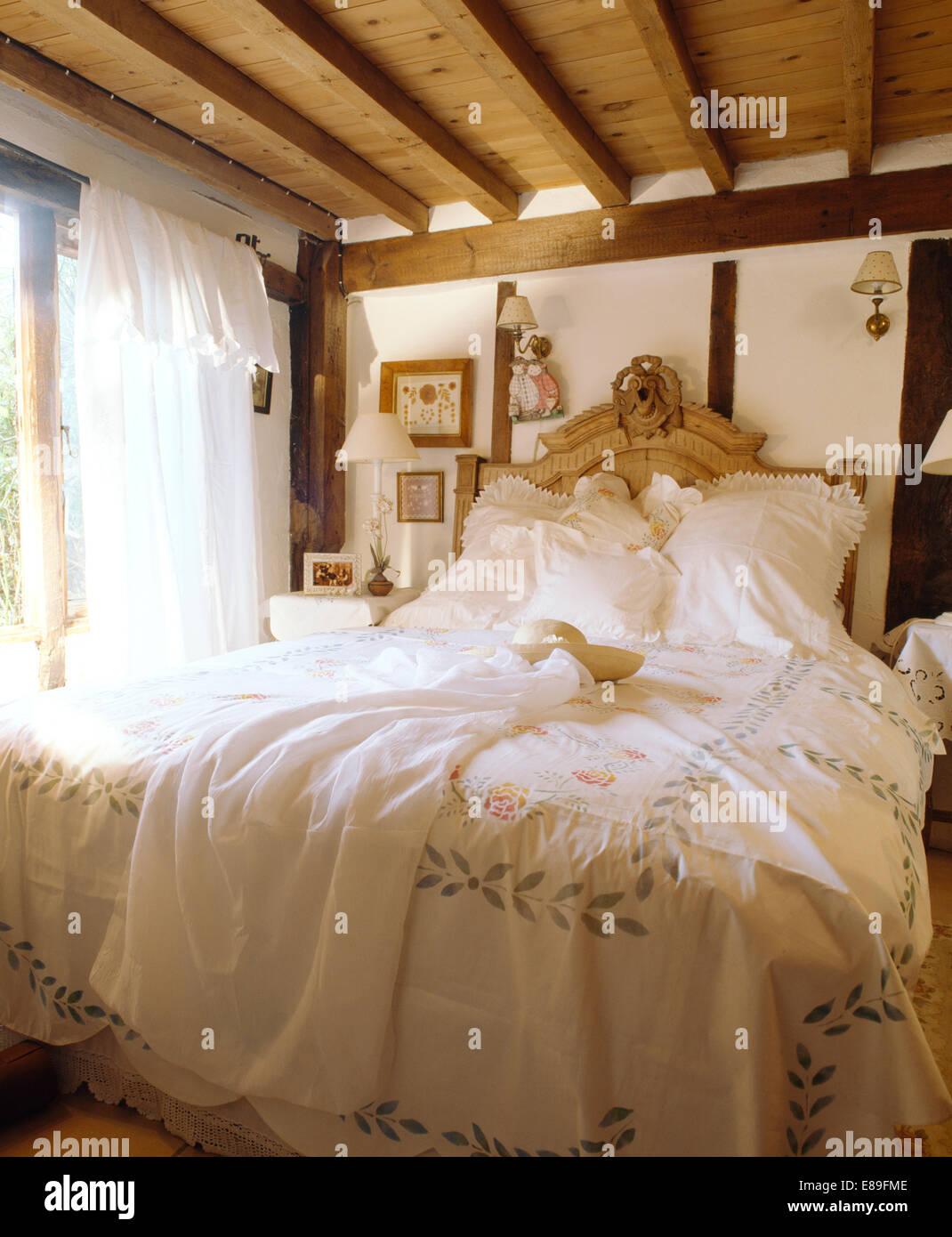 Schablone weißen Bettdecke auf geschnitzten Kiefer-Bett im ...