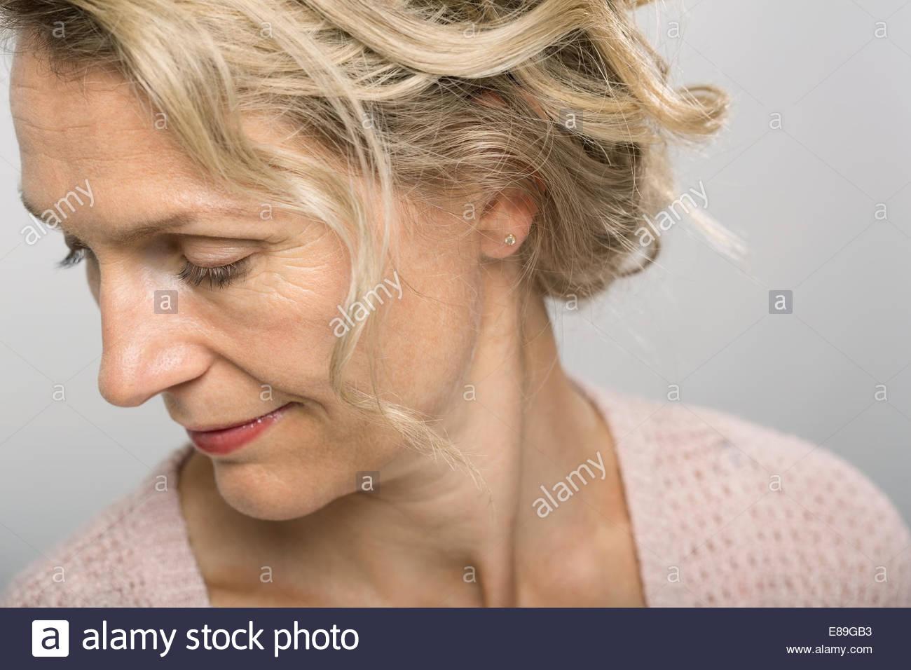 Nahaufnahme von blonde Frau auf der Suche nach unten Stockbild