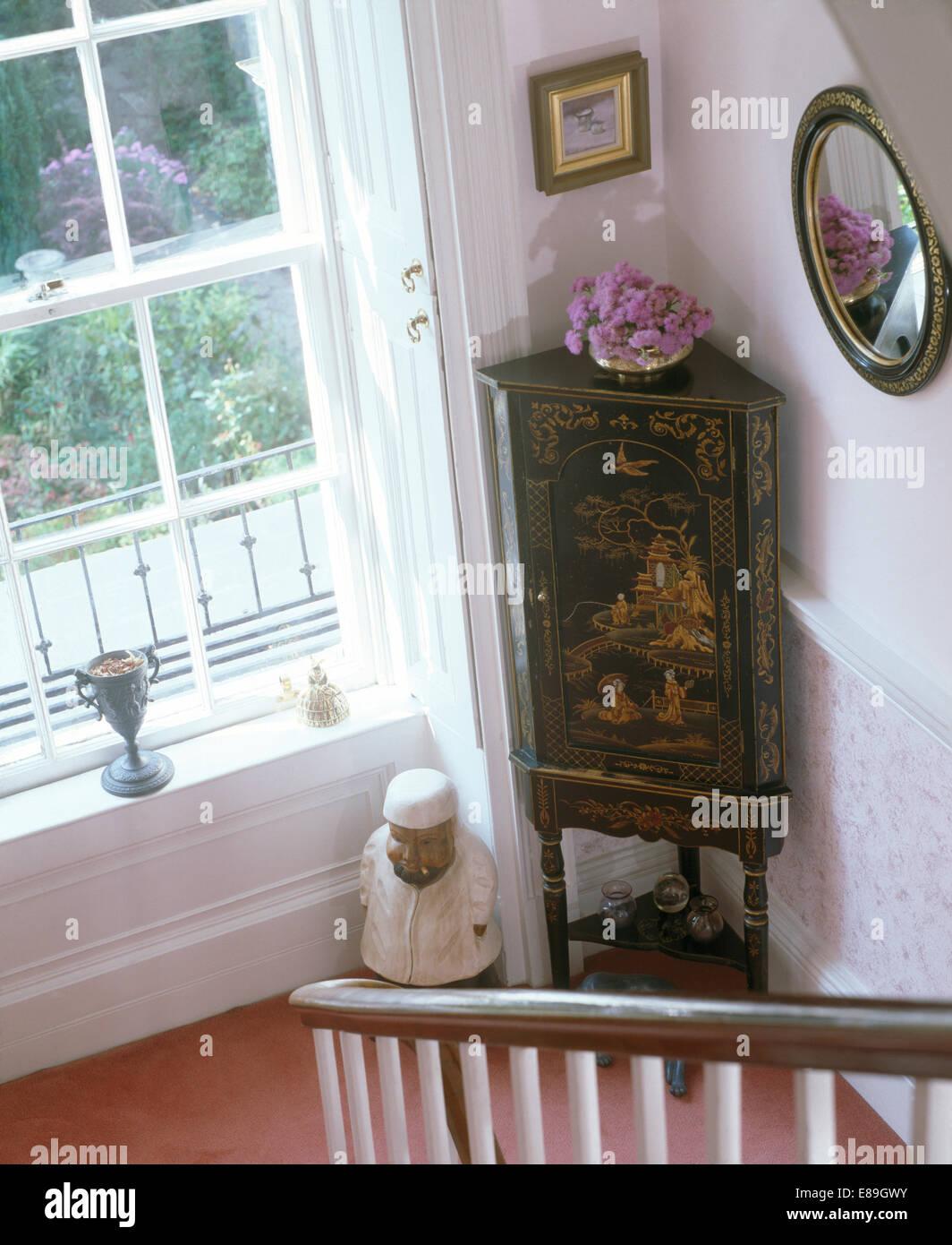 Antike orientalische Ecke Schrank Besidew Fenster auf kleinen Flur ...