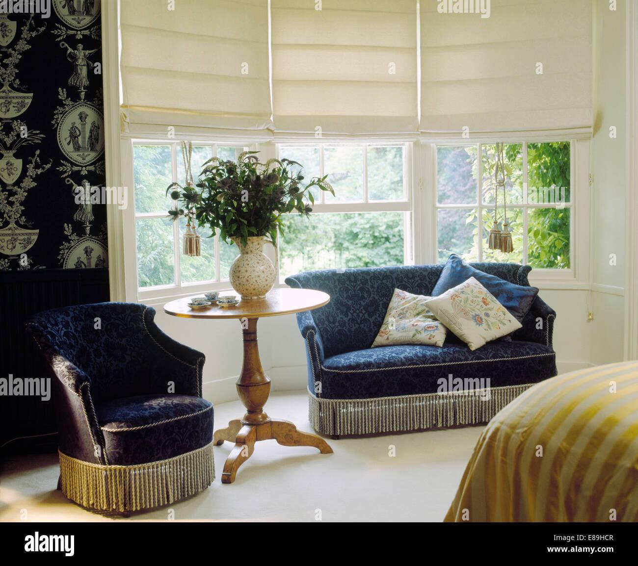 Blau Velours-Couch und Sessel in Schlafzimmer mit Creme Leinen ...