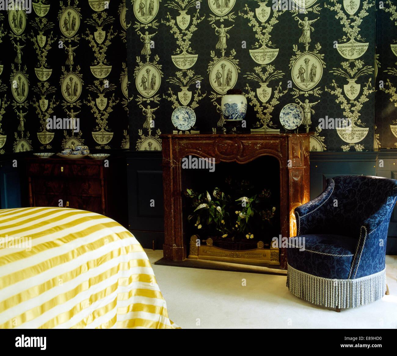 Schwarz + Weiß Georgianischen Stil Tapete An Der Wand über Dem Kamin Im  Schlafzimmer Mit Blauem Samt Gepolstert Wannestuhl