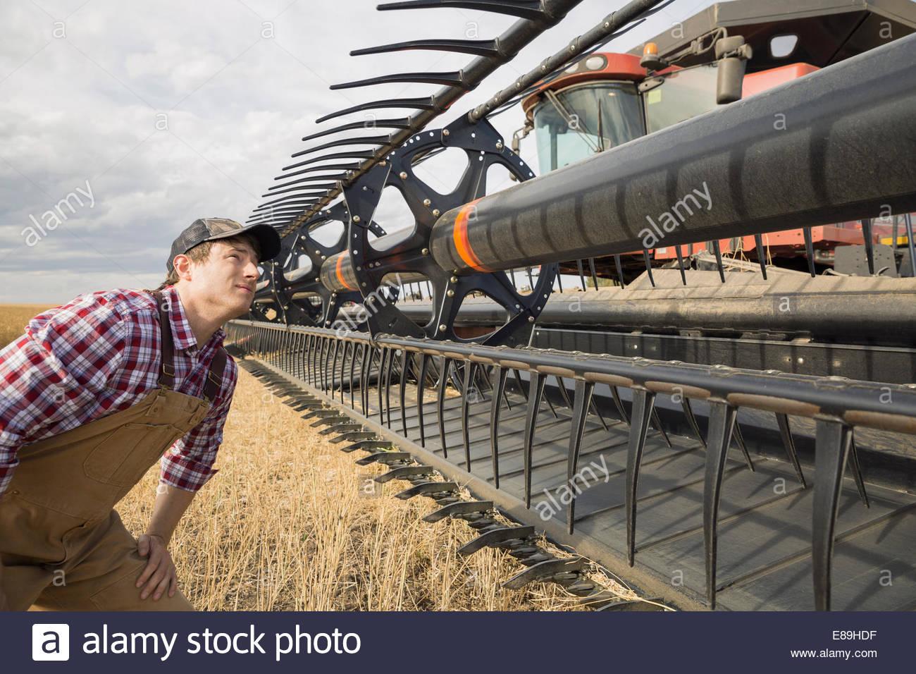 Landwirt Prüfung Ausrüstung am Mähdrescher Stockbild