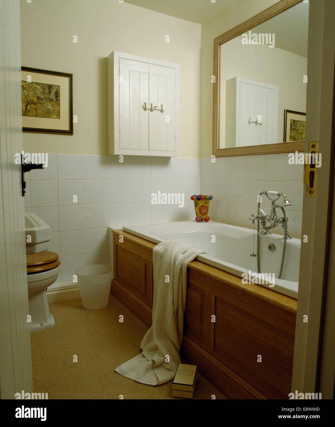 Großer Spiegel oben verkleidete Bad im weißen Badezimmer mit Sahne ...