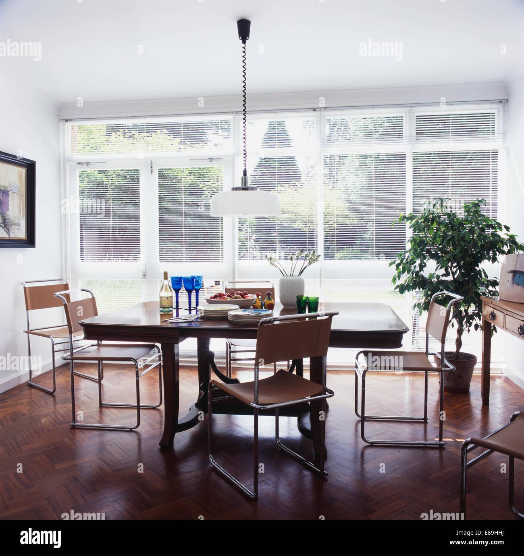 Pendelleuchte über Dem Antiken Tisch Mit Chrom Freitragend Stühle Im  Modernen Esszimmer Mit Parkettboden