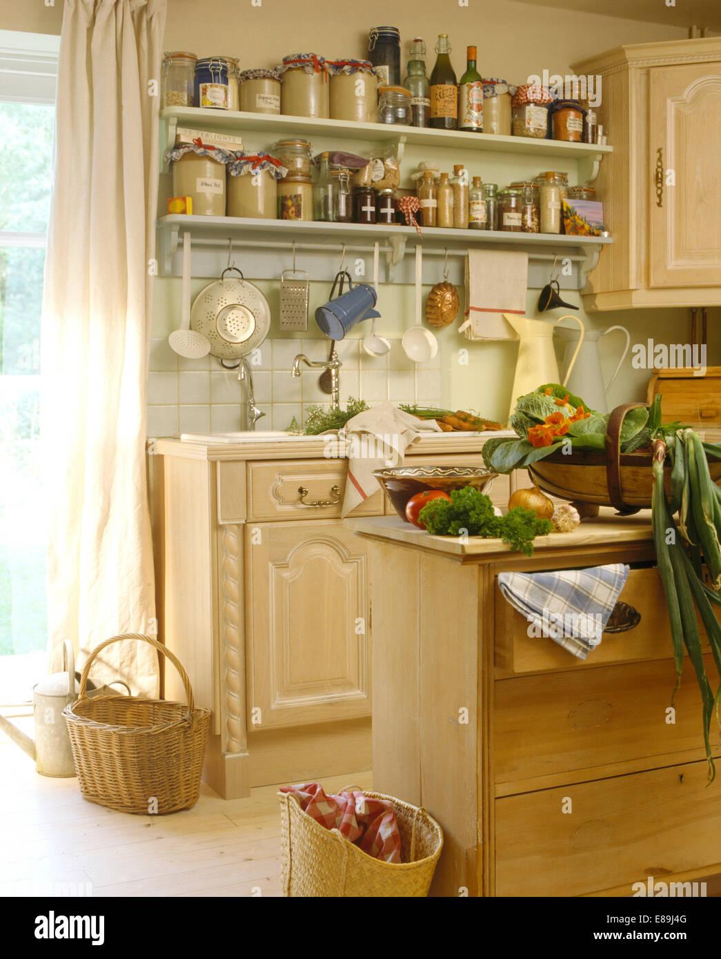 Gläsern Lagerung auf Regalen über Waschbecken im Cottage-Küche mit ...